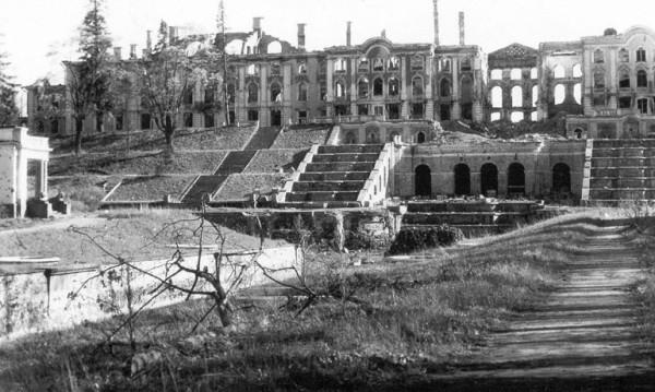 Вид на разрушенный Большой Петергофский дворец ансамбля Нижнего парка в Петергофе 1944 г