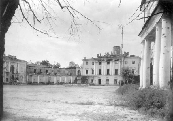 Вид части разрушенного и сожженного Павловского дворца со стороны парадного двора, 1944 г.