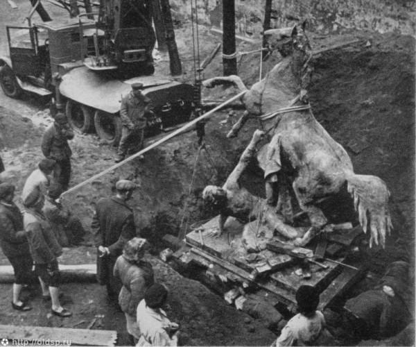 Извлечение конных скульптур с Аничкова моста 1945