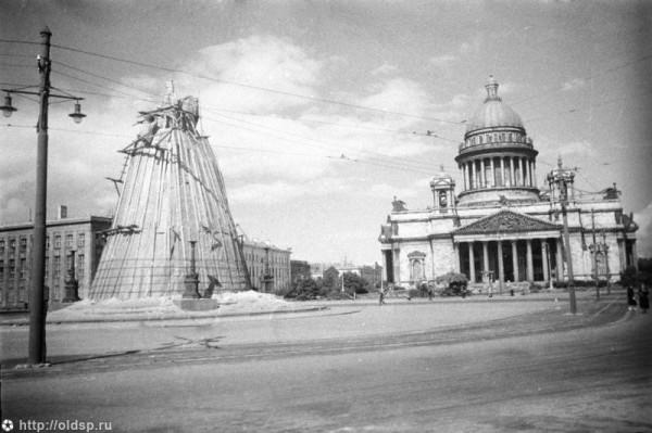 Исаакиевская площадь . фото - Я.Бродский, 1942 г.
