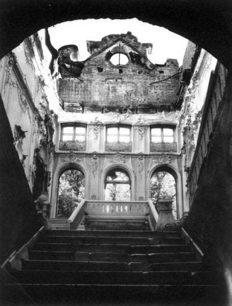 Общий вид разрушенной Парадной лестницы Большого Екатерининского дворца, 1944 г.