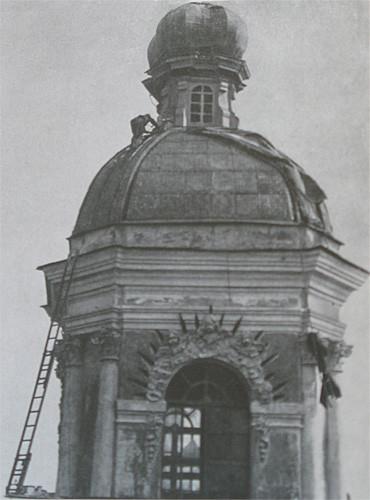 Снятие маскировочного чехла с купола Никольского собора. 1944 год.