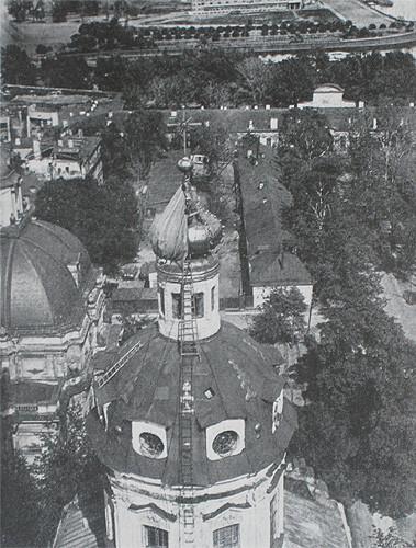 Снятие маскировочного чехла с купола Петропавловского собора. 1944 год