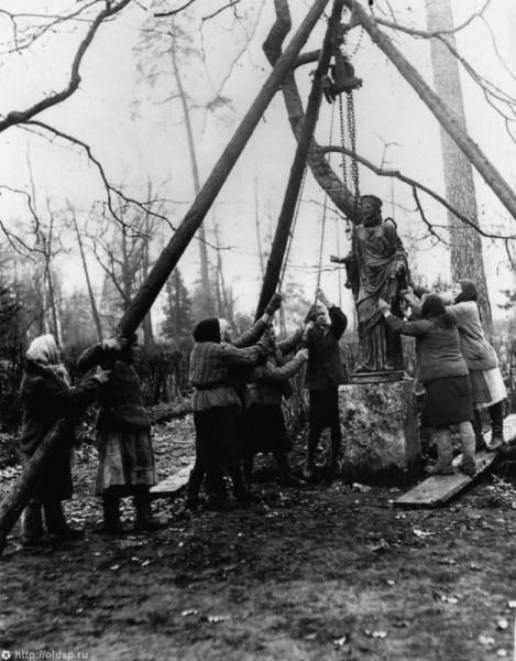 Установка статуи Флоры после освобождения Павловска  1944 г.