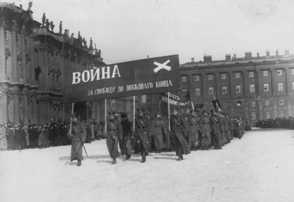 251678 Парад военных училищ и школ прапорщиков на Дворцовой площади. 19 марта 1917 года..jpg