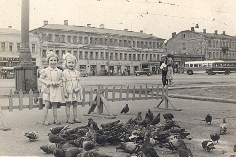 Кормили голубей за 5 коп. перед входом в Андр.jpg