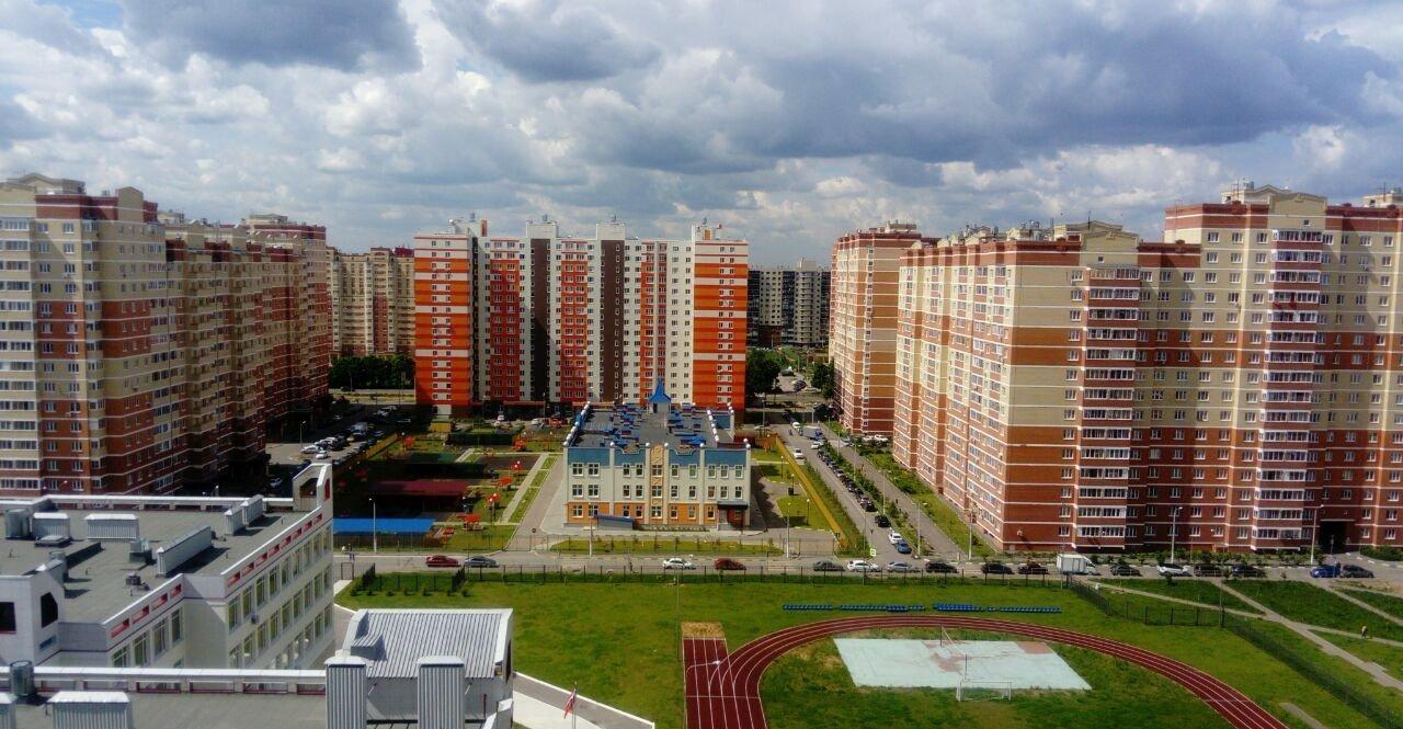 Пример решения социальной инфраструктуры микрорайона, кажущейся крошечной из-за стоящих рядом многоэтажных корпусов