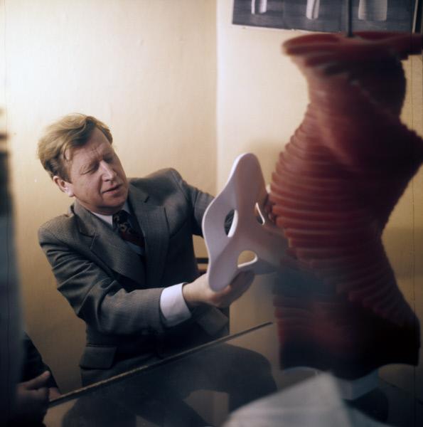 Советский архитектор Юрий Лебедев за работой в лаборатории архитектурной бионики в Москве. Модель Турбосомы