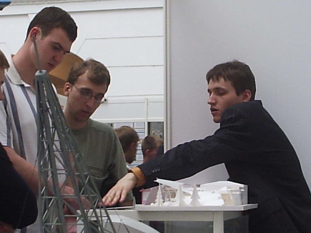 Антон Коста в процессе объяснения сути технологии посетителям Форума