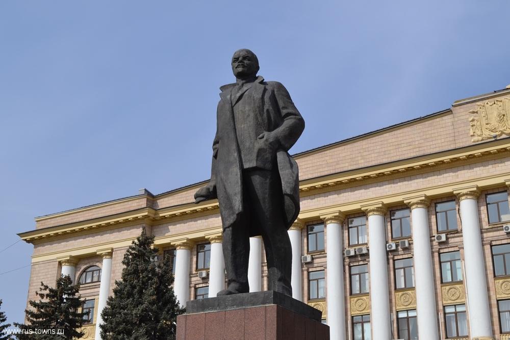 Соборная площадь Липецка. Монумент вождю мирового пролетариата
