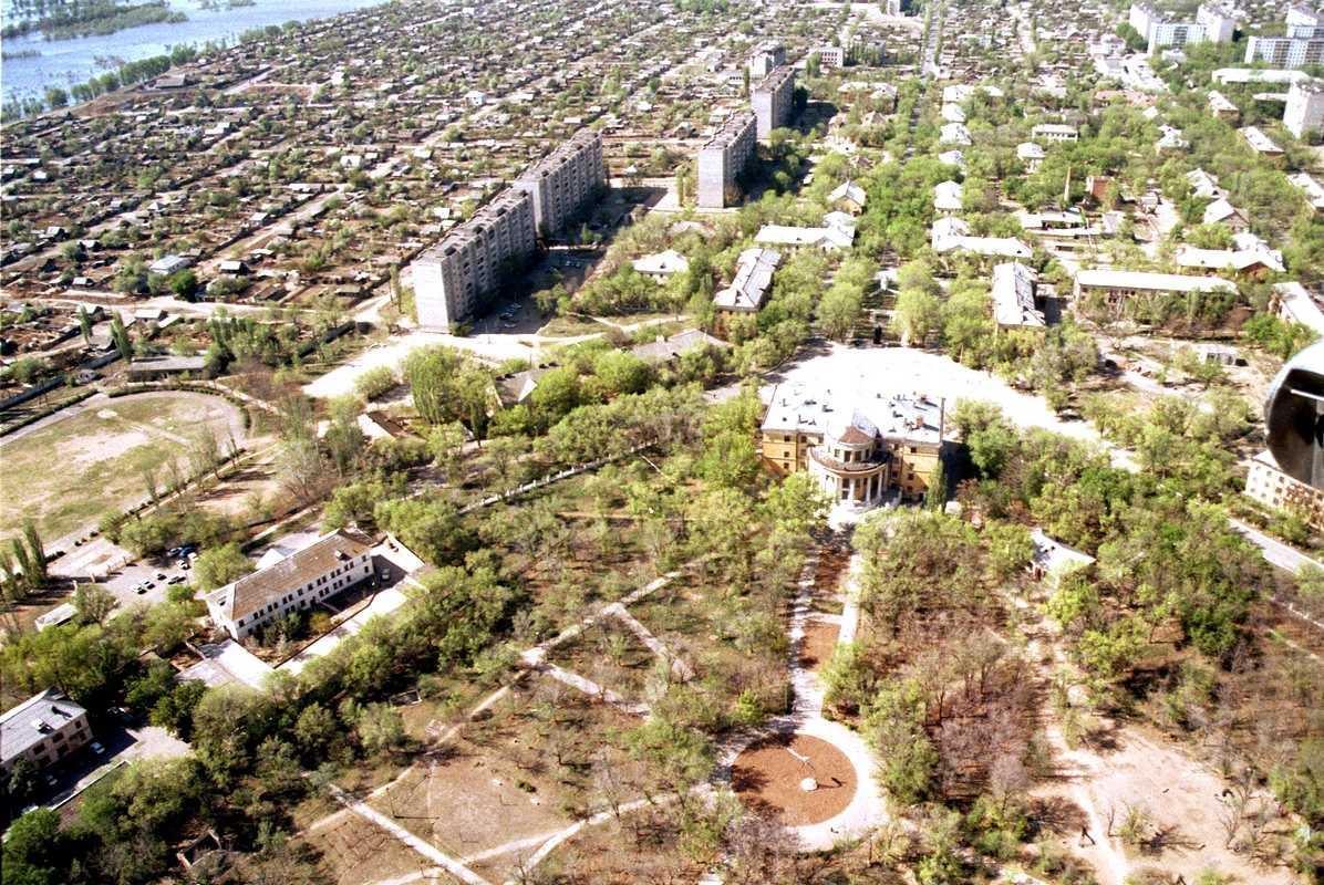 Ахтубинск. Центр города. Слева видны девятиэтажки по улице Сталинградской, где я прожил с родителями десять лет с 1991 по 2001 гг.