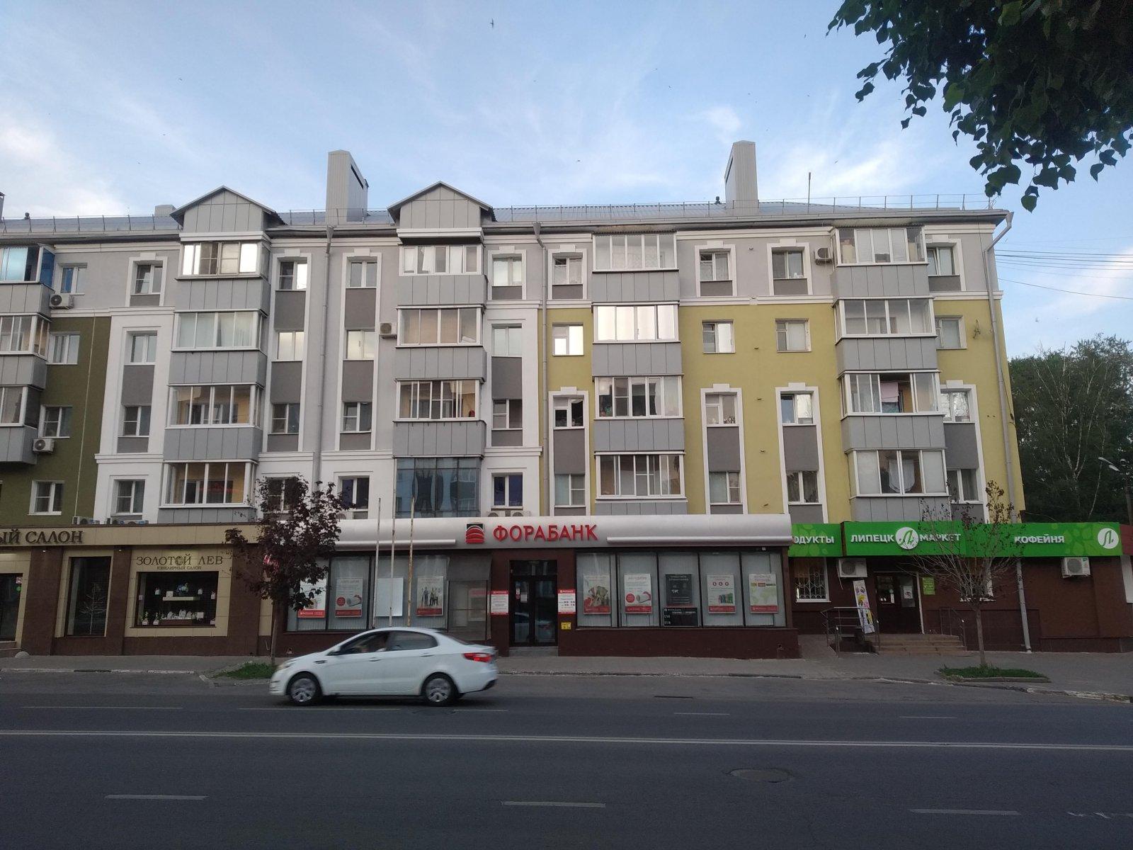 Липецк. Пример применения в отделке фасадов одного из зданий центральной улицы некачественных строительных материалов, имеющих небольшой срок эксплуатации (листовой металл, пластиковые элементы декора)