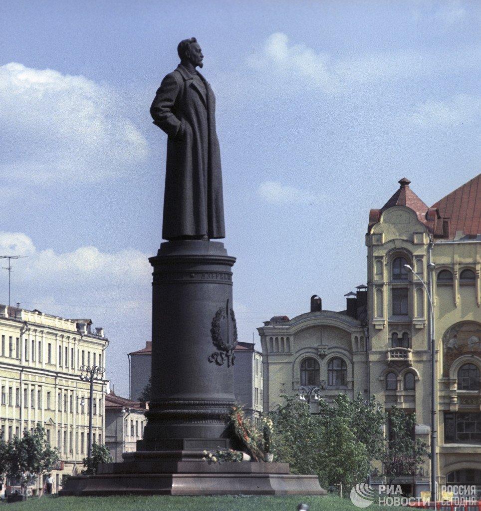 Нужно ли снова возводить памятник на Лубянке?