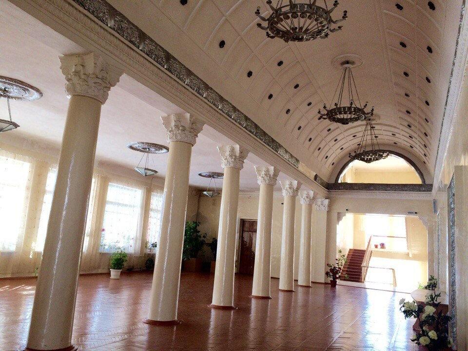 Дом культуры горняка посёлка Шерегеш — имитация пушкинской эпохи