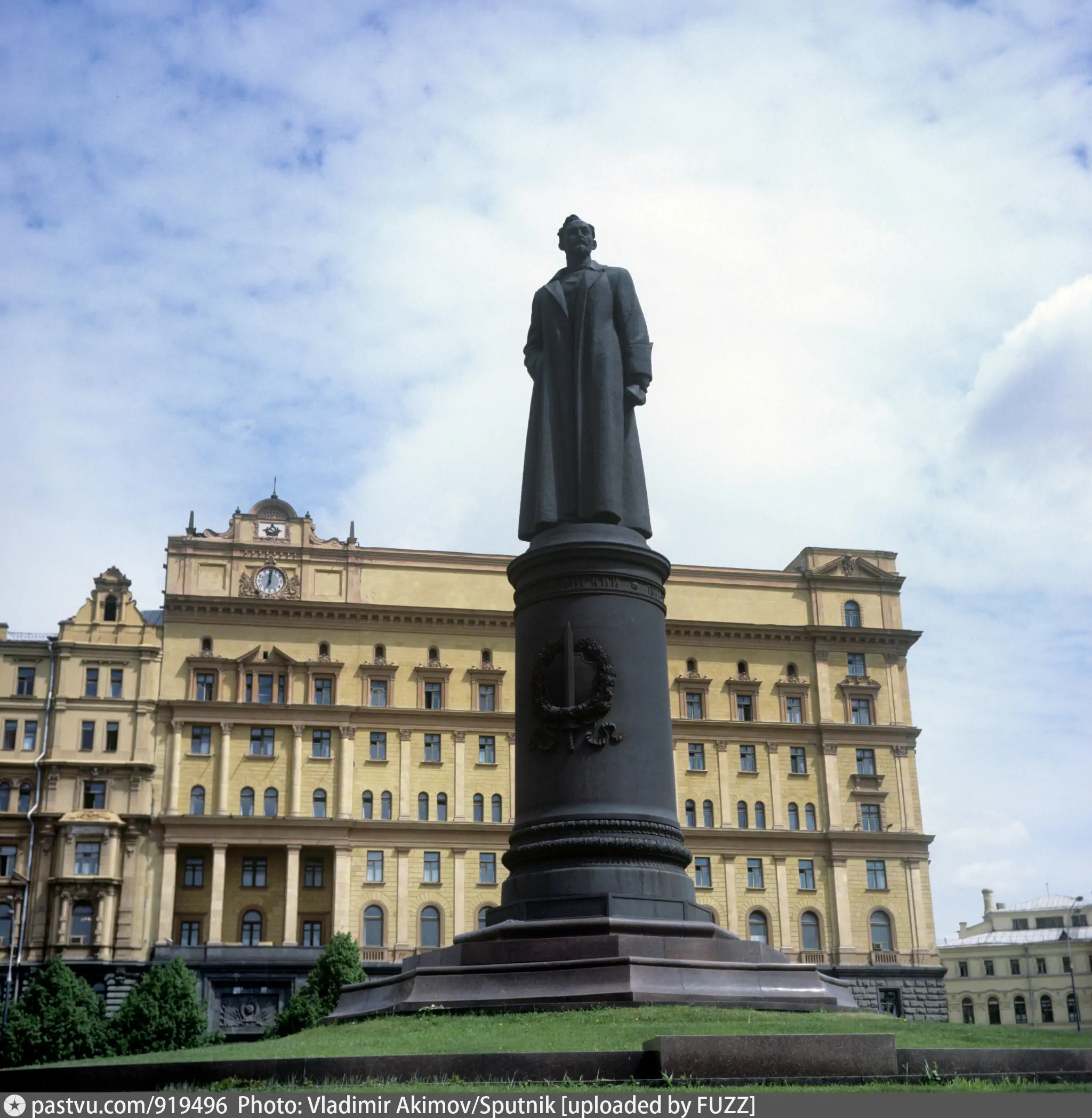 Памятник Дзержинскому на Лубянской площади Москвы. Демонтирован в 1991 г.