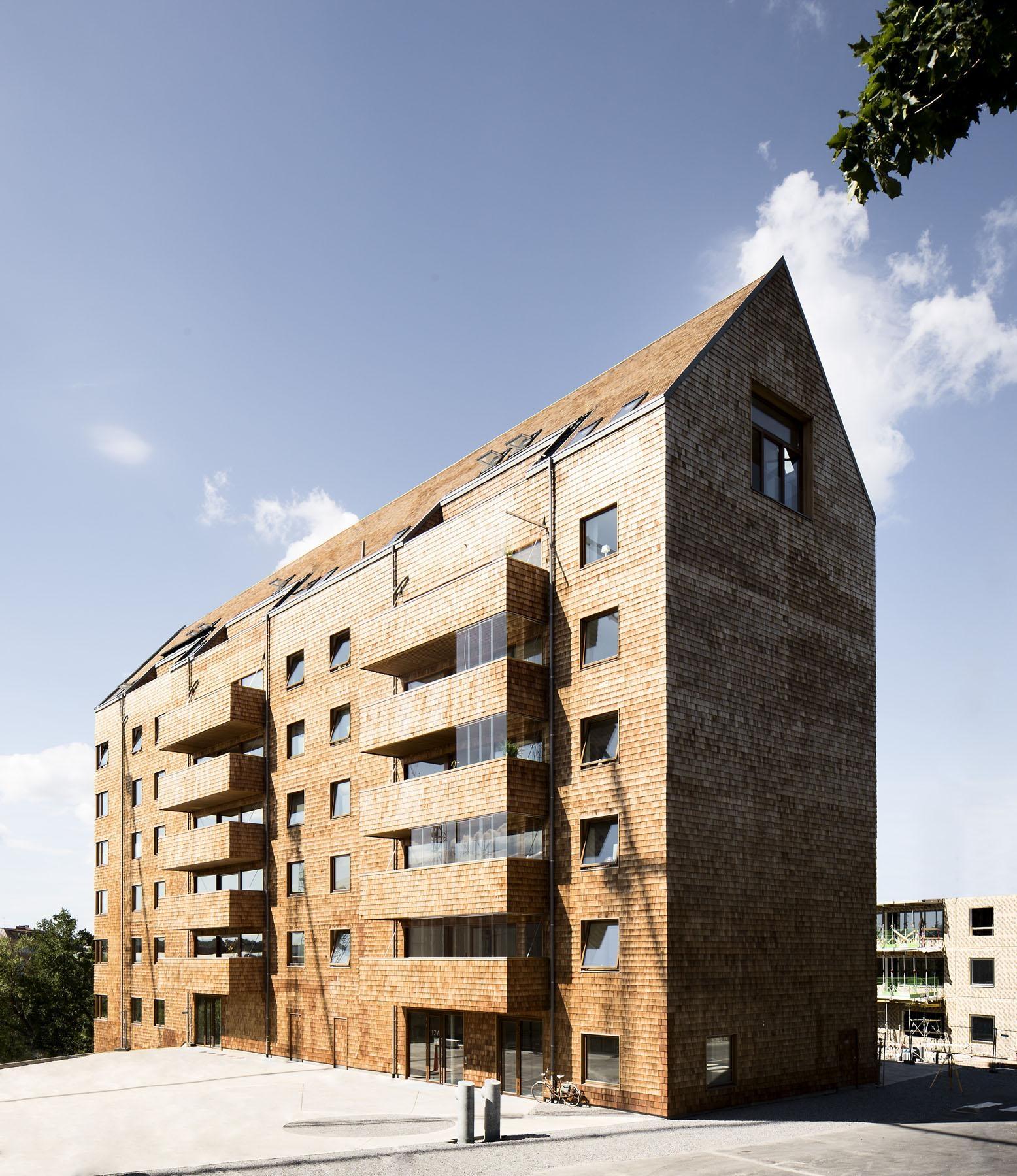 Пример использования дерева в экстерьере многоэтажных жилых домов получает широкое распространение в зарубежной архитектурно-строительной практике