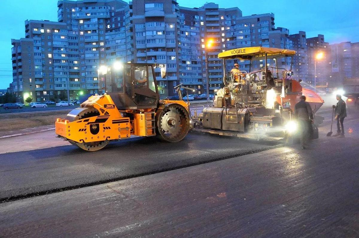 Дорожно-строительная техника на улицах города