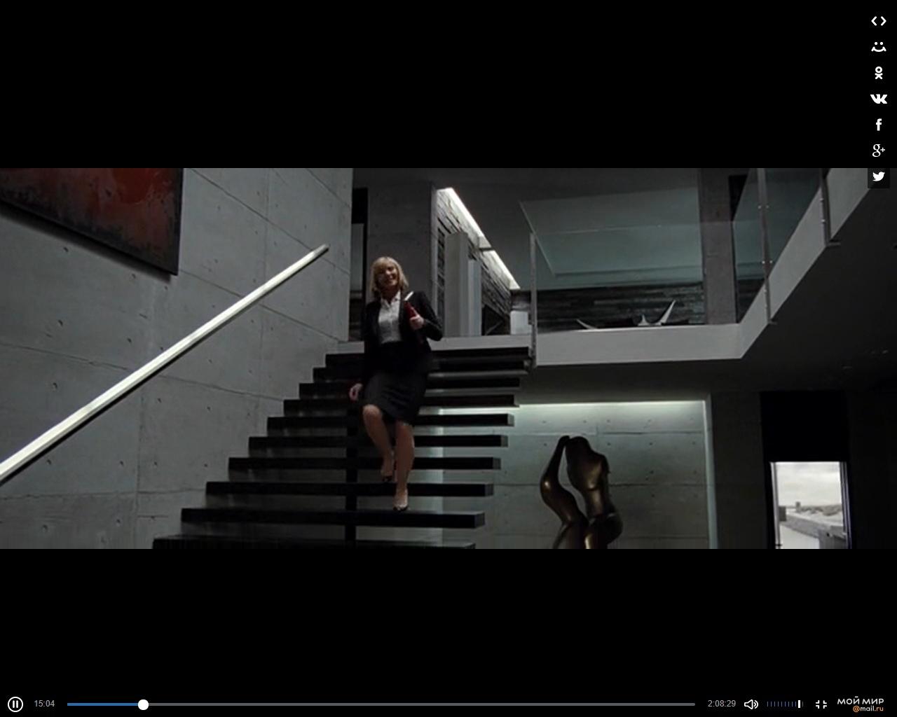Здесь героиня идёт по лестнице, ступеньки консольно вмонтированы в стену, но из-за большой длинны под тяжестью человеческого тела они слегка дают амплитудные колебания. Недостаточно большие, но заметные. И режиссёр это тоже показал.