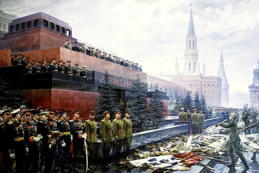 Единороссовское ворьё глумится над великим Днем Победы. Мавзолей опять маскируют.