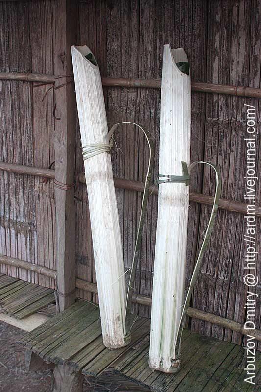 Бамбуковые емкости для воды с затычками из бамбуковых листьев. то есть, даже пластиковые бутылки сюда массово ещё не докатились