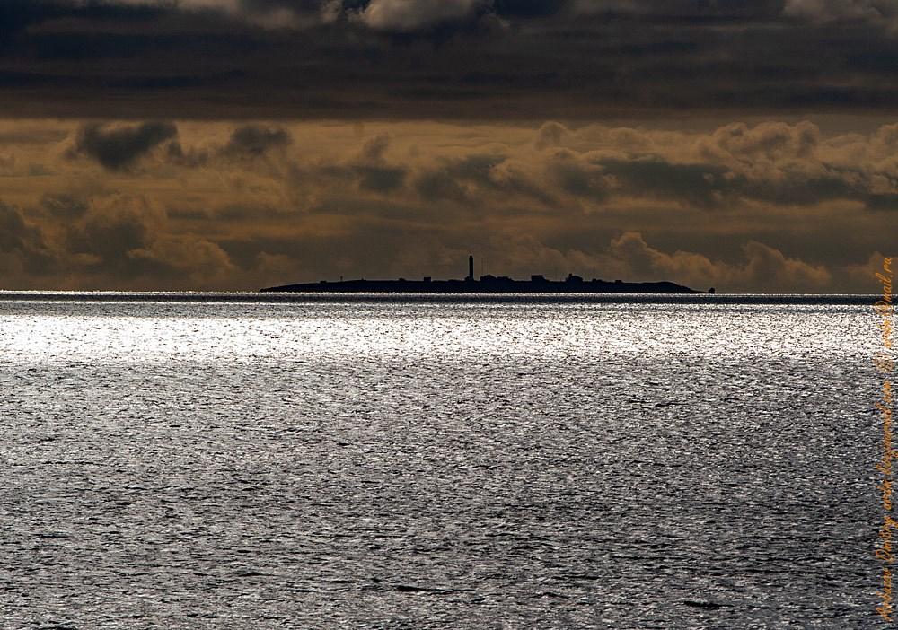 Остров Сосновец, октябрь. Солнце уже низко, частая смена погоды