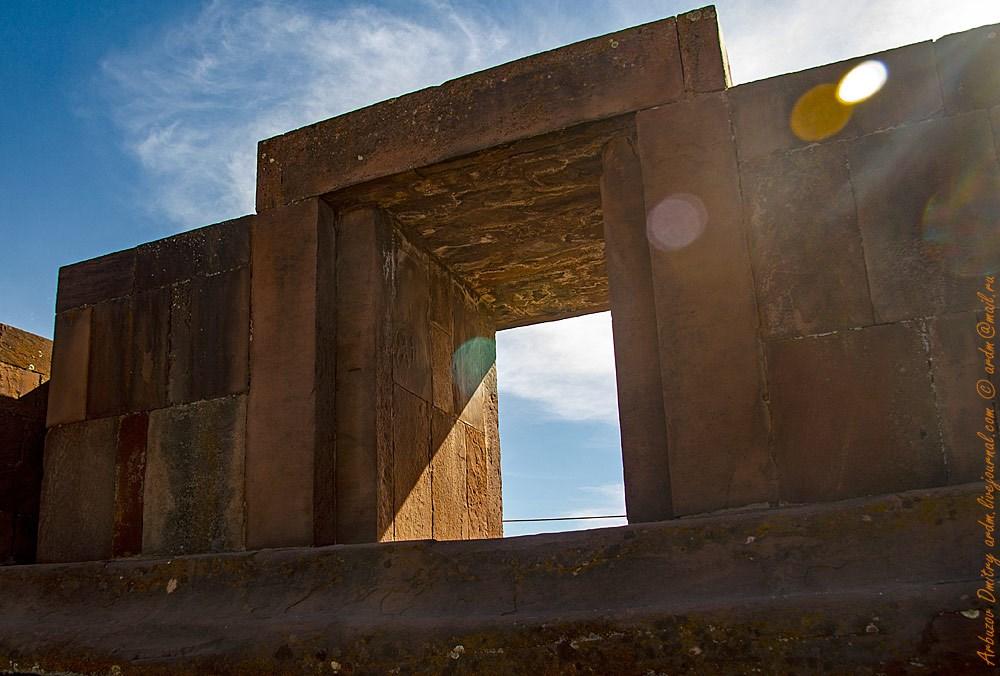Главный вход Каласайя. Воображение так и рисует межзвёздный портал... Реконструкция 1980-ых. Верхние две ступеньки лестницы ворот - единый монолит.