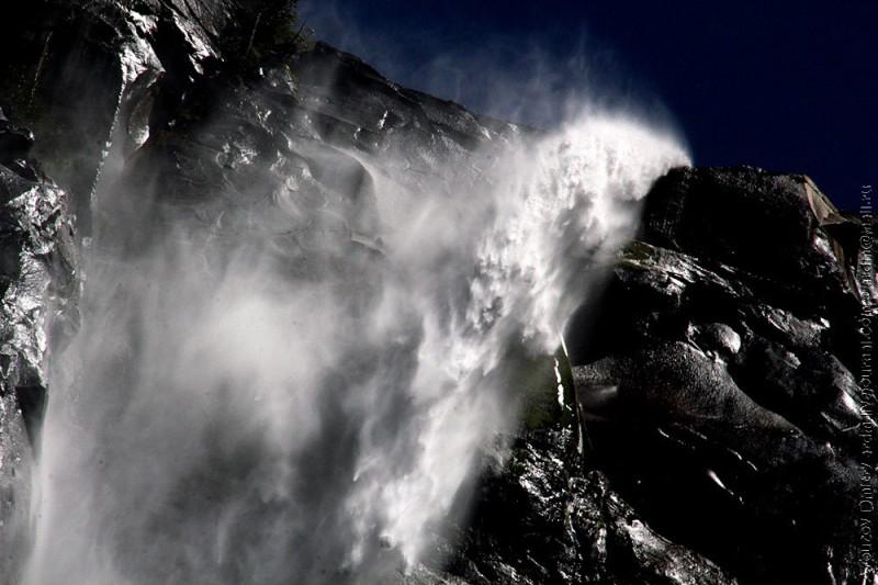 Водопады в Сьерре могут буквально разрываться водой