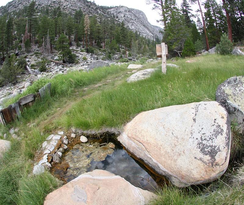 горячий источник Деревенской реки. естественный - вот эта вот ванна среди двух каммней. Обустроенная за деревянным заборчиком