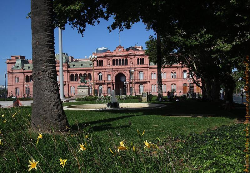 Розовый цвет Королевского дворца - символ мира
