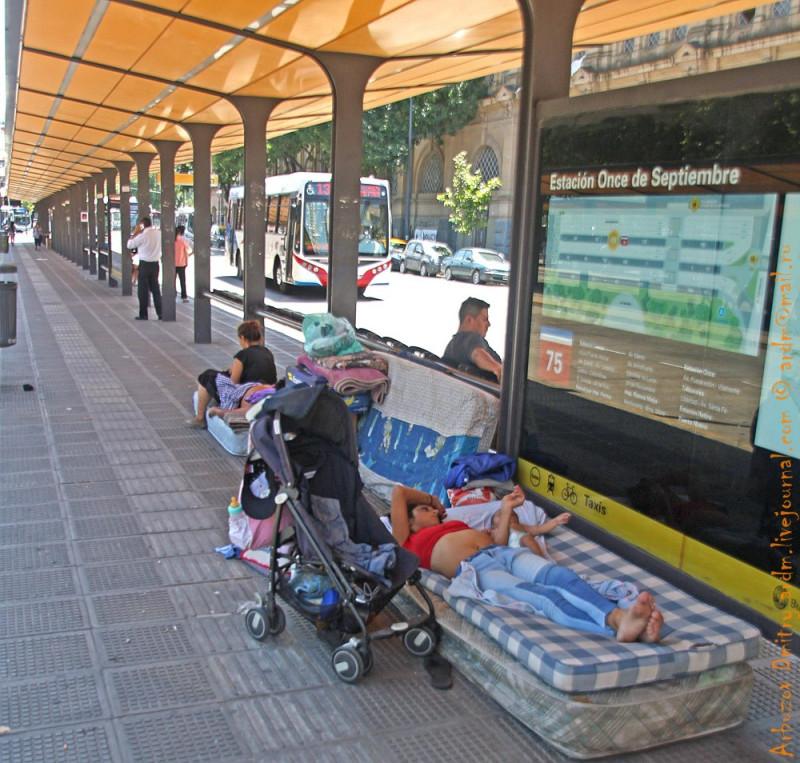 Жители автобусной остановки. Мигрант здесь это тот, кто приехал родить в госпиталь в целях получения гражданства Аргентины