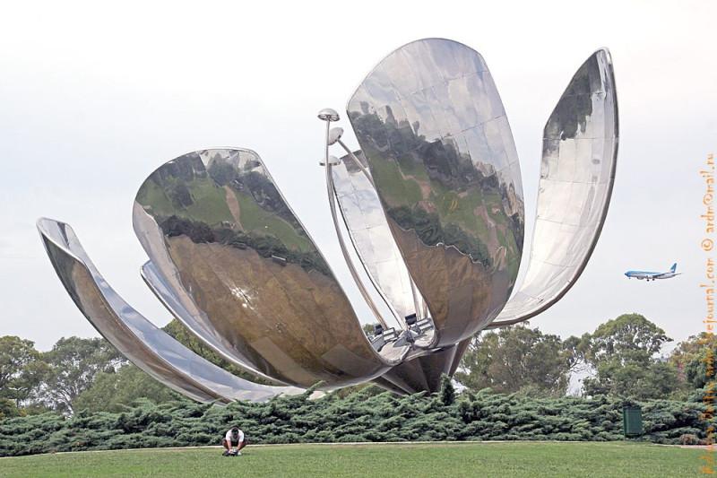 Этот монумент - железный цветок