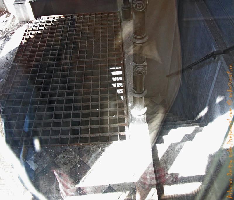 видно вторую решетку - низ второго этажа
