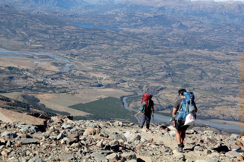 Именно такой ландшафт вас будет сопровождать по большей части от Cochrane до Рио Транкило. Туристы спускаются с горы Кастильо в деревню Серро Кастильо