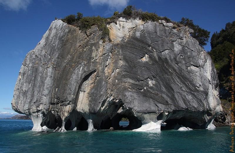 Мраморная скала, именуемая Собором, является памятником природы. Этот останец - главная достопримечательность озера и Рио Транкило