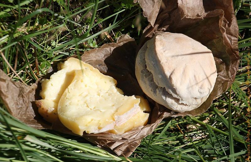 Обыкновенный обед местного жителя - скотовода. Хлеб и деревенский сыр