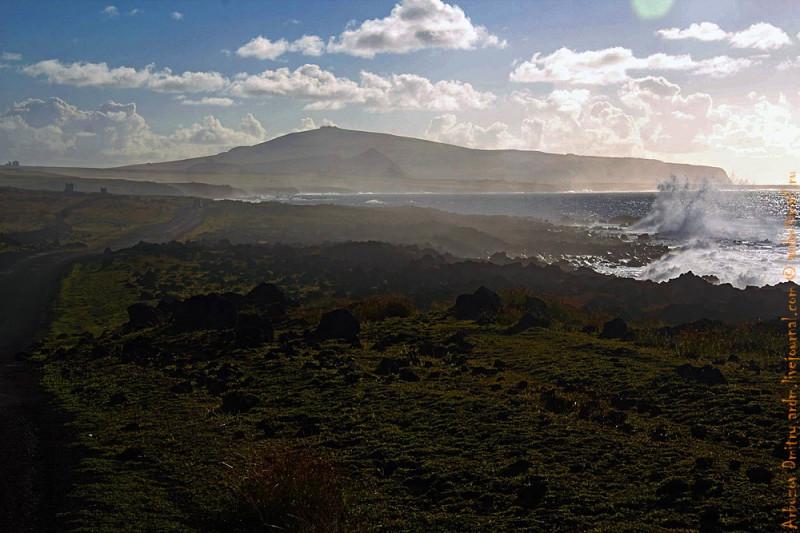 Вулканическое побережье, дорога на Rano Raraki. Пресной воды нет нигде!