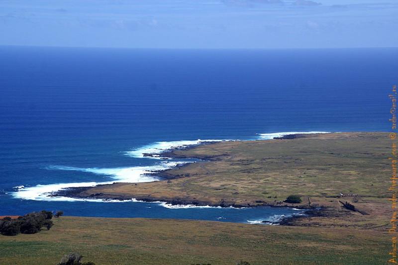 Черта внизу это моаи Tongariki. Высота птичьего полёта, вид с горы Пойке