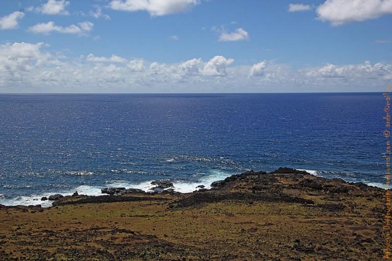 Сооружения из камней по кромке острова буквально через каждые пара сотен метров
