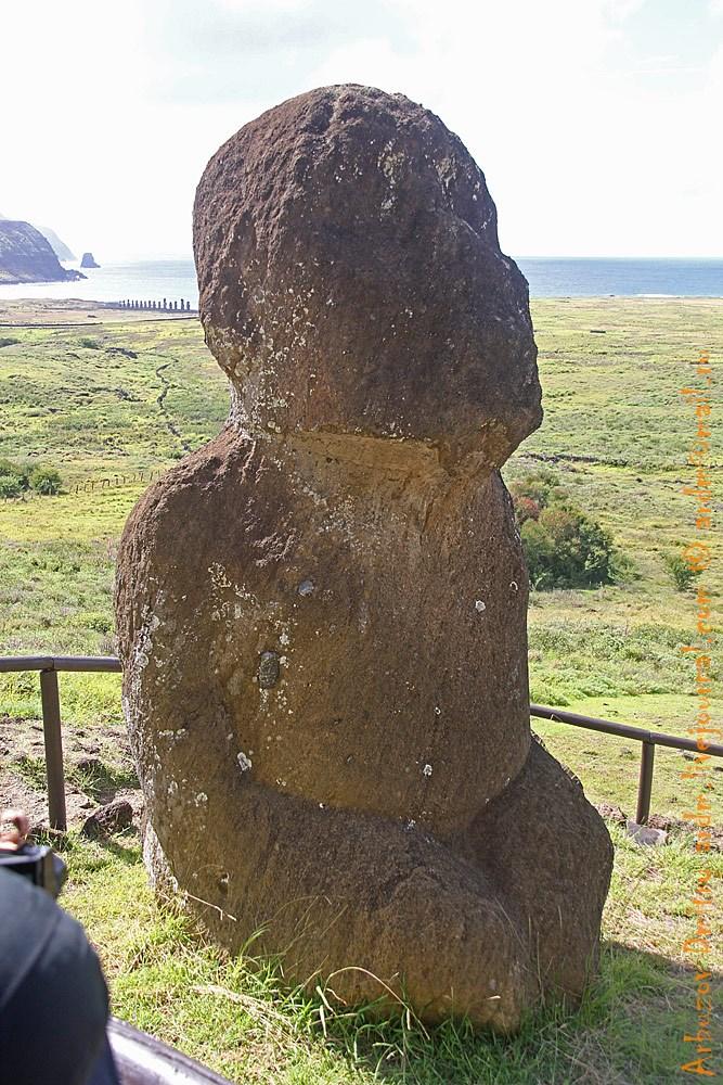 Одна из старых статуй со значительными следами эрозии. На заднем плане группа статуй Тонгарики