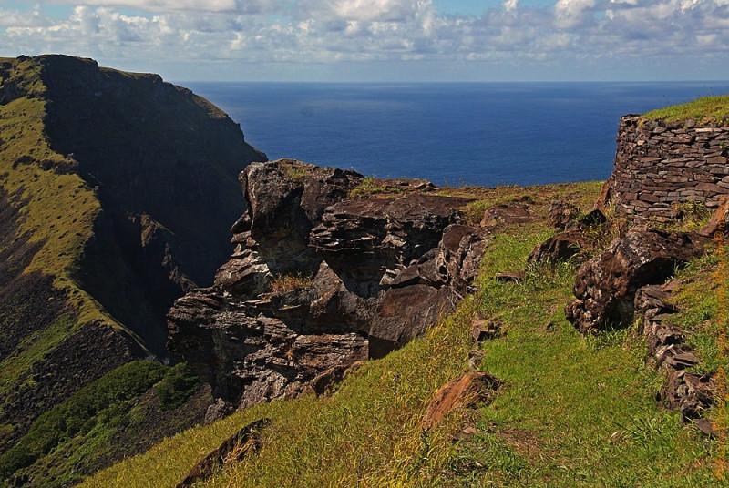 Старая дорога по краю обрывов. Вид на Тихий океан