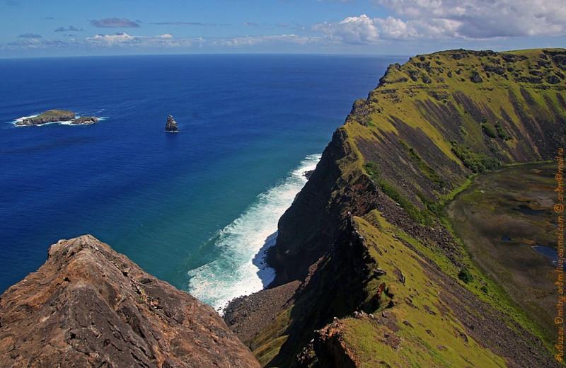 300-м склоны кальдеры Рано-Кау, по которым спускались отважные участники, и заветный островок Моту-Нуи.