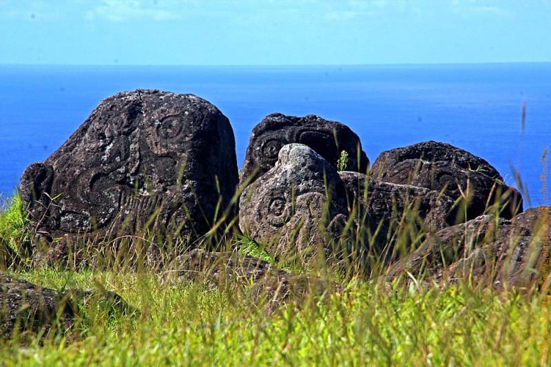 Глазастые камни петроглифов и сегодня на фоне океана выглядят живописно.
