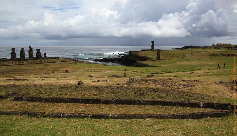 Прекрасно видно, что Tahai  всегда был особенным местом на острове. Это широкое, выровненное пространство, освобождённое от камней. Порт. Место встречи. Место расселения.