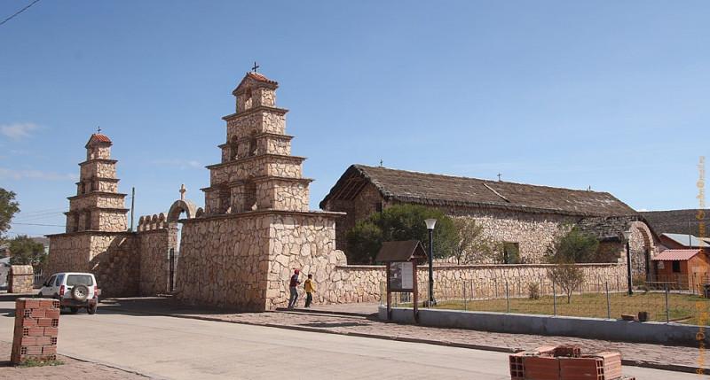 Храм в Сан-Кристобаль. Интересны фрески: черный ангел с символом солнца на груди