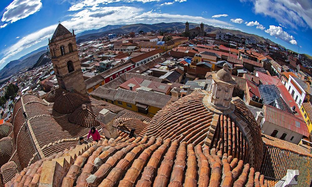 Вид на Потоси с высоты собора Сан-Франциско. Во времена Конкисты собор разделял город на две половины: испанскую и индейскую.