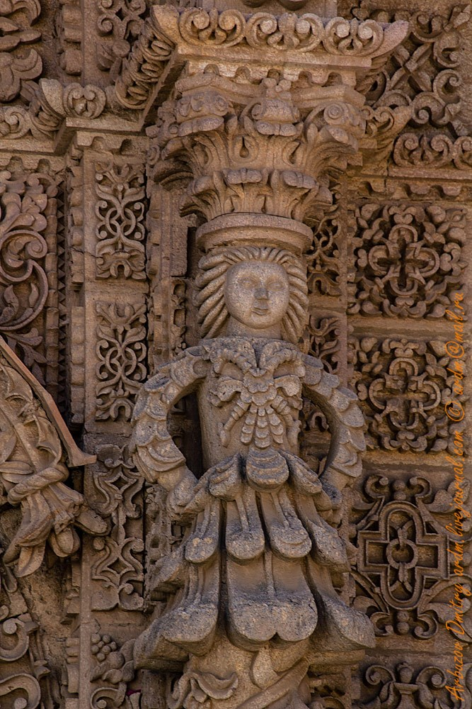 Фигурки iglesia de San Lorenzo de Carangas очень напоминают по стилю мотивы Дмитровского собора во Владимере и других ему подобных