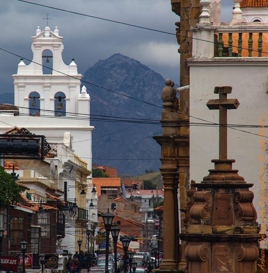 В колониальных городах Боливии часто проглядывают эти символы: крест, звонница, Голгофа.