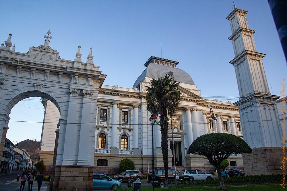 В парке Боливар у города Сукре своя стелла и Триумфальная арка