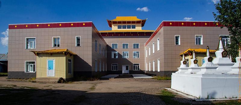 Здание университета «Даши Чойнхорлин» в деревенскую улицу уже не вписывается