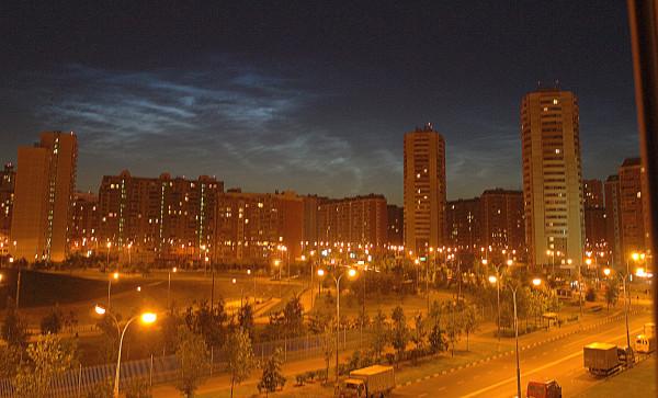 Дюссельдорфский парк, угол Белореченской и Новомарьинской, серебристые облака над Москвой, лето.